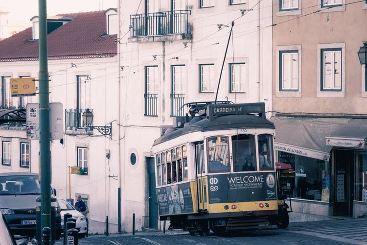 Tranvía en el barrio de Alfama en Lisboa
